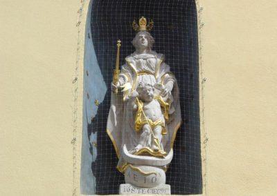 Győr Káptalam domb 13. homlokzati fülkeszobor restaurálás, attribútumok készítése, aranyozása