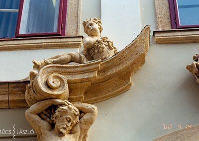 Budapest I., Táncsics Mihály u. 1. KÖH (most a Forster Központ Székháza) homlokzati kőrestaurálás, szoborrekonstrukció